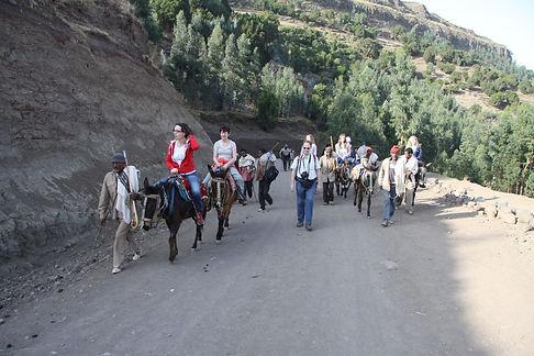 Groupe on horseback riding tour in Lalibela