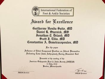 Dr. Guilherme recebe prêmio no Congresso Americano de Pé e Tornozelo por trabalho sobre próteses de