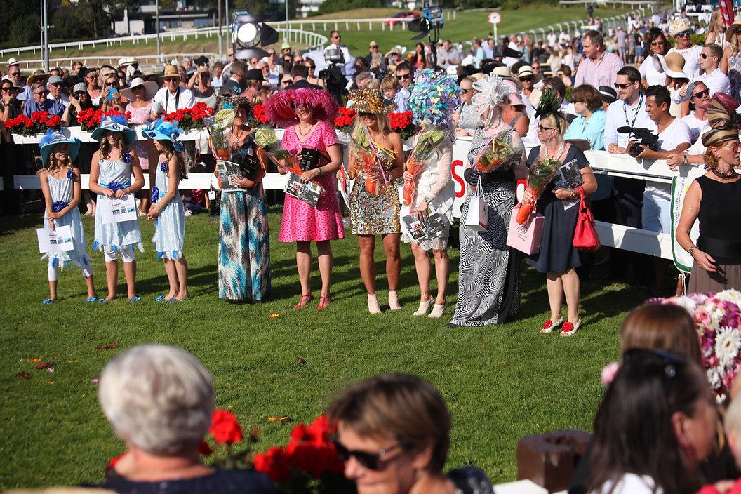 Hatteparaden under Scandic Norsk Derby er for mange dagens høydepunkt. Meld deg på her. Velkommen til Øvrevoll Galopp