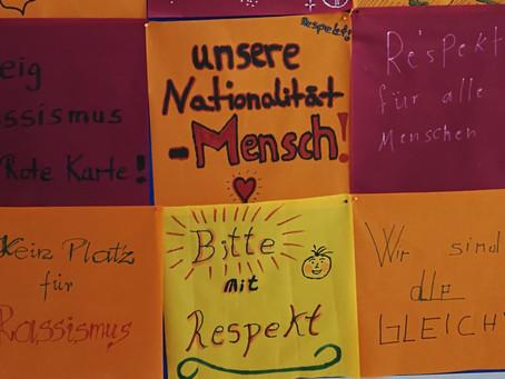 Kühne+Nagel-Beschäftigte unterstützen Banner gegen Rassismus
