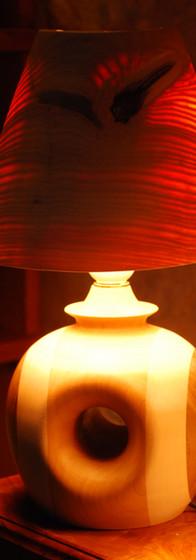 lampe, abat-jour en frêne massif creusé jusqu'à la transparence. Pied, collage merisier érable-sycomore, noyer, creusé transversalement. diam 26 cm ht 35 cm 300 €