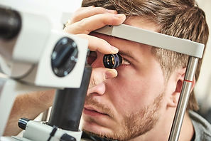 1073106_glaucoma-eye-test-male-patient-1