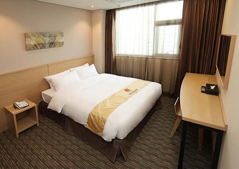 2241284-Hotel-Skypark-Dongdaemun-I-Seoul-Guest-Room-1-DEF