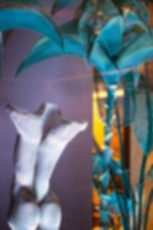"""""""La diseñadora Marta Zarzalejos y la escultora Elisabeth Martín Maíllo se han unido para crear el proyecto """"Quimera en tus formas"""". Un espacio lleno de arte y fantasía diseñado en exclusiva para el restaurante Santceloni, en Madrid.  La talentosa escultora Elisabeth Martín Maíllo trabaja con gran delicadeza la malla metálica hasta lograr sutiles formas de apariencia volátil. Por su parte, la diseñadora Marta Zarzalejos siempre opta por espacios llenos de arte, saliéndose de lo habitual y creando escenas que aporten algo diferente.  El proyecto, desarrollado en el interior de la galería acristalada del biestrellado restaurante, se concibe como un mundo aparte encerrado en una burbuja de cristal; un mundo de contrastes, de luces y sombras, de orden y caos, de líneas, rectas y curvas, de explosión de color sobre tonos neutros. Un espacio que contrasta y complementa el elegante concepto gastronómico que ofrece Santceloni.  Para la desarrollar el proyecto, la escultora y la diseñadora an"""