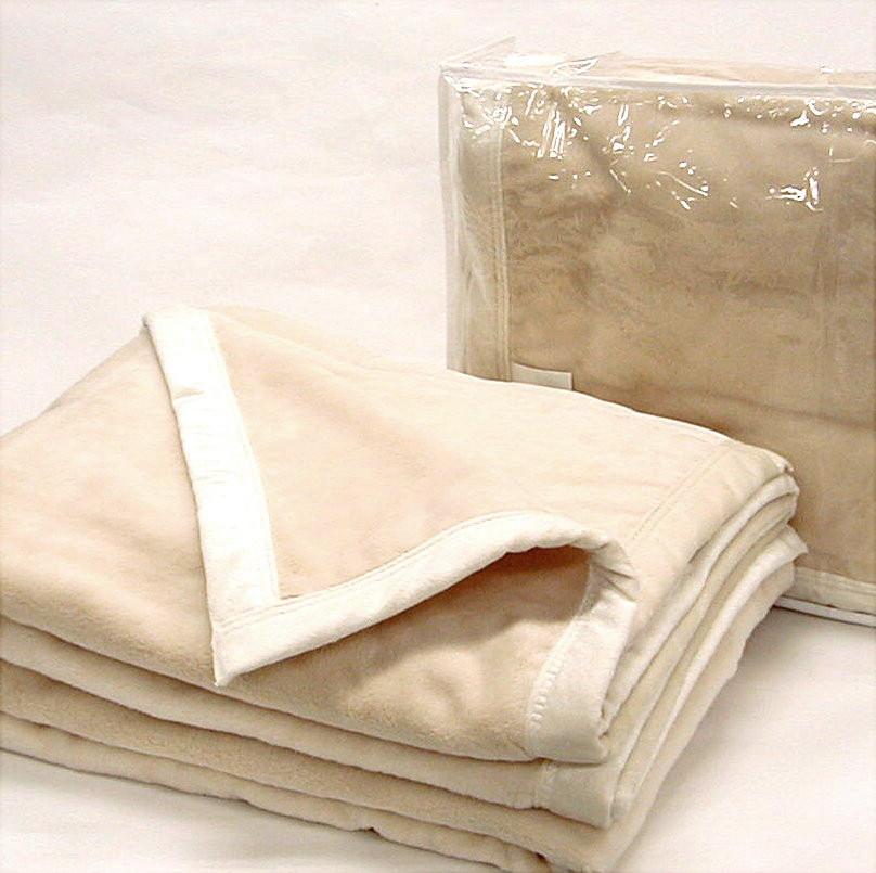 """サロントリートメント前のウォーミングアップとしてお客様を""""ドナリス毛布""""でおくるみして優しくシャッフル。体温上昇と筋肉が緩みますヨ。また、ご自宅で就寝時に敷き&かけ毛布としてご使用になると熟睡と快適なお目覚めを約束します(^O^)"""