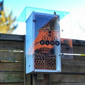 Bienenhotel mit Schutzdach
