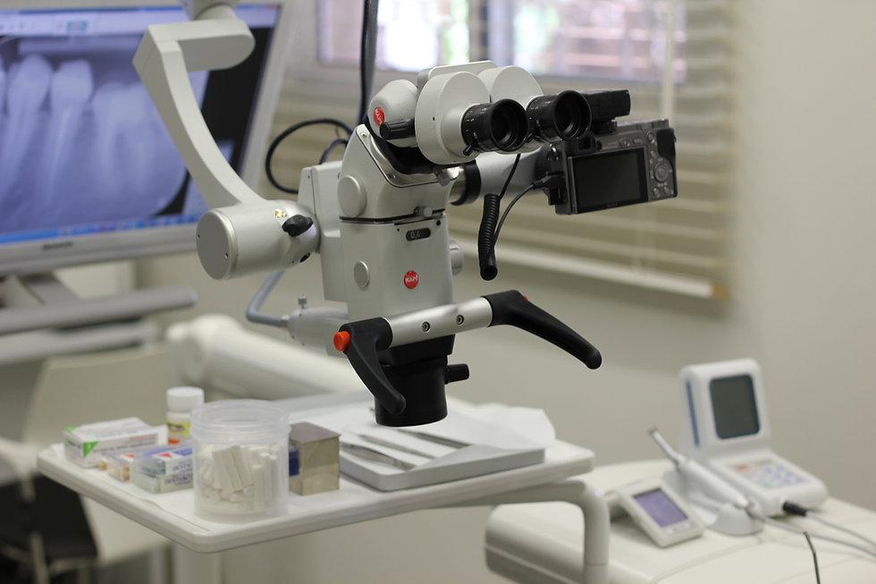 מומחה לטיפולי שורש עם מיקרוסקופ