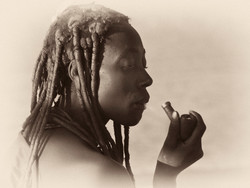 Himba con pipa