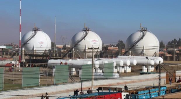 Las refinerías de Yacimientos Petrolíferos Fiscales Bolivianos el mes de marzo elevaron el procesamiento de Unidades de Crudo, producción de GLP, producción de Jet Fuel y la producción de Diésel Oíl de 56.020,5 barriles por día a 59.844 Bdp..  Las refinerías Gualberto Villarroel de Cochabamba y Guillermo Elder Bell de Santa Cruz en conjunto el pasado mes también produjeron 20.356.937 litros/mes de Gas Licuado de Petróleo (GLP) y Butano, superando con una importante diferencia al récord registrado en enero de 2014, de 18.754.307 litros/mensuales.  En esa misma línea, la producción de Jet Fuel subió de 21.004.971litros/mes en octubre de 2014 al actual de 22.922.010 litros/mes, dice una nota de prensa de YPFB.  El récord anterior de producción de Diésel Oíl en ambas refinerías fue de 75.804.590 litros/mes en diciembre de 2014 y en marzo de este año se registró el récord actual de 81.259.296 litros/mes.  Nuevos emprendimientos  Actualmente, se construye la Nueva Unidad de Reformación Catalítica en Cochabamba y Nueva Unidad de Isomerización en Santa Cruz, que una vez en funcionamiento permitirán la autosuficiencia en el abastecimiento de gasolina en Bolivia.  La construcción de ambos proyectos se inició el 12 de septiembre de 2014 de manera simultánea.