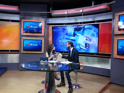 Junto a Lila Cortes en Televisa.png