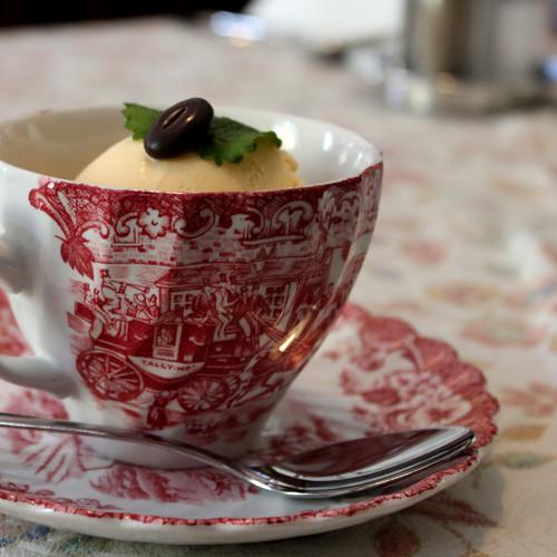 Hausgemachtes Kaffeeeis in Omas gutem Geschirr