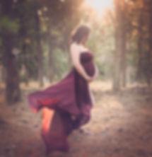 צילומי הריון בגליל בשמלת בורדו