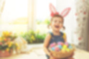 Menina com a cesta dos ovos de Páscoa