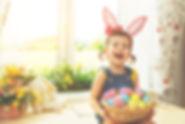 Fille avec panier de Pâques Oeufs