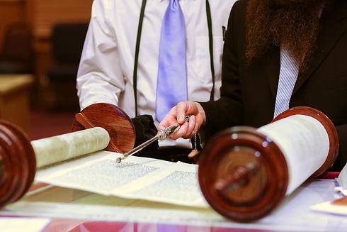 Еврейский Человек в синагоге