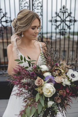 Illinois bride with bouquet