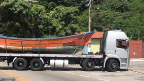 """Embarcação """"AMA BRASIL 1"""" é transportada em operação de transferência para reforma em Estaleiro"""