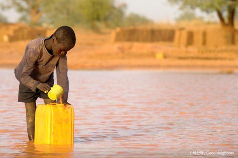 아프리카 아이들에게 깨끗한 물을 선물해주세요