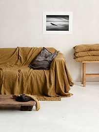 rom med sofa med gullet sengeteppe av lin