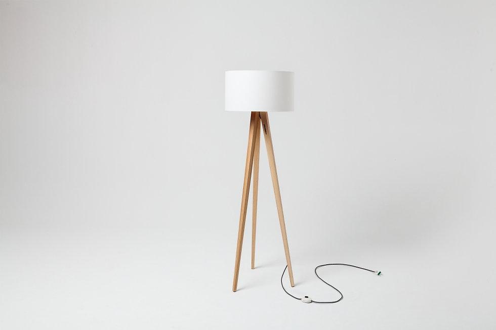 gulvlampe staalampe eik og hvit lampeskjerm