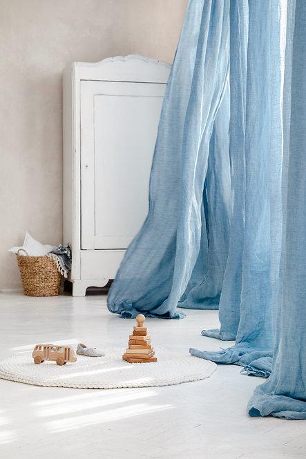 lysblaa gardiner av lin