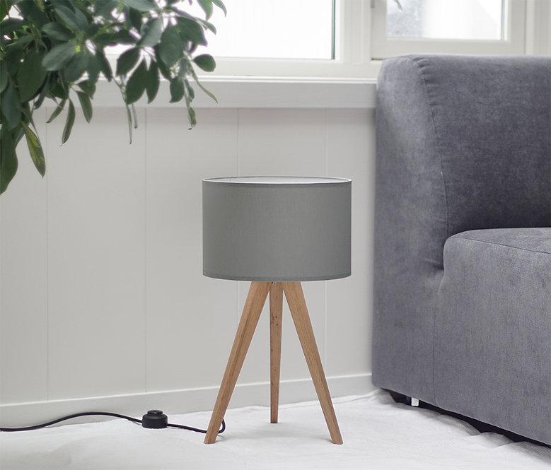 bordlampe med grå lampeskjerm