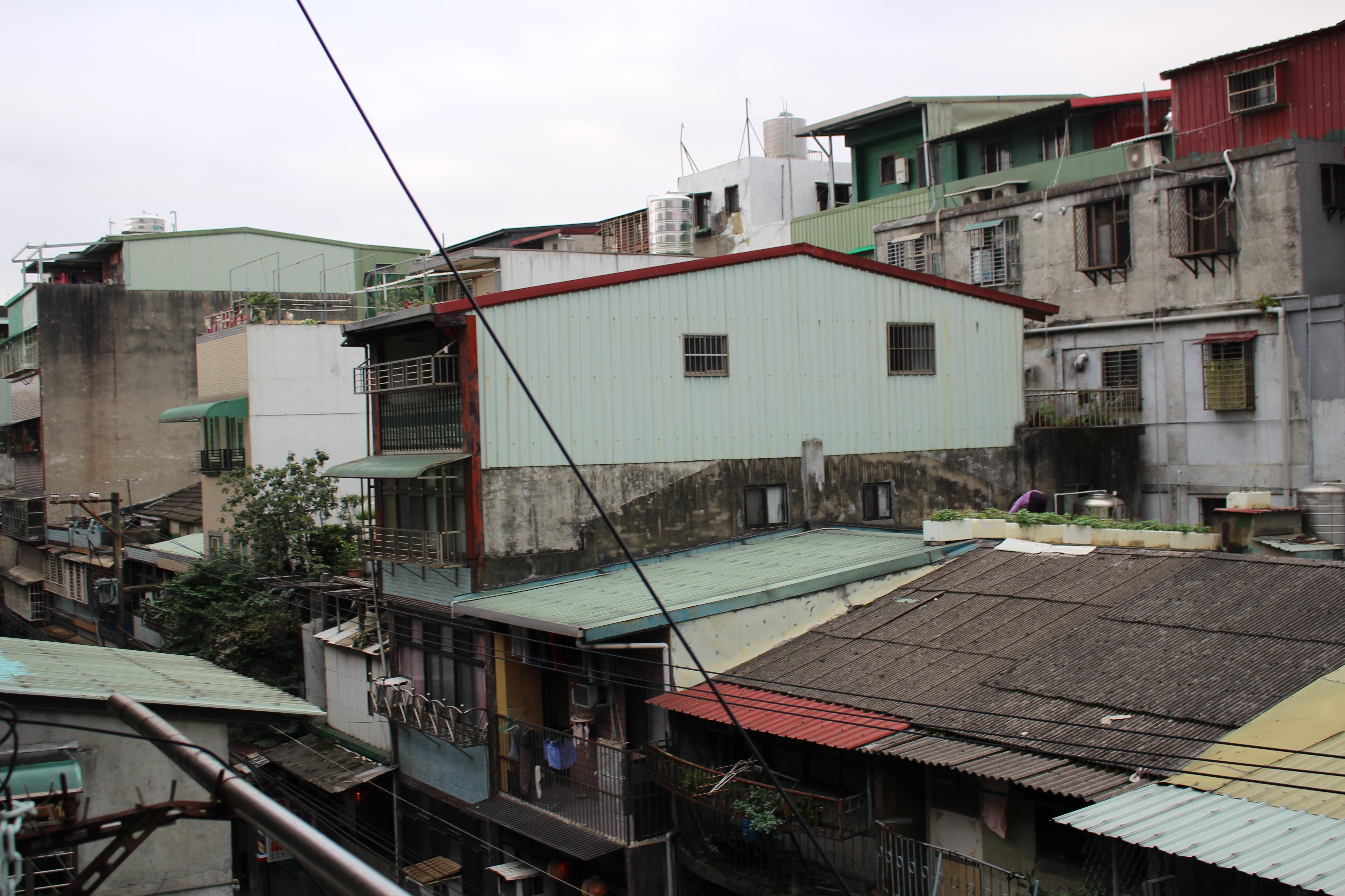 違法に増築された家
