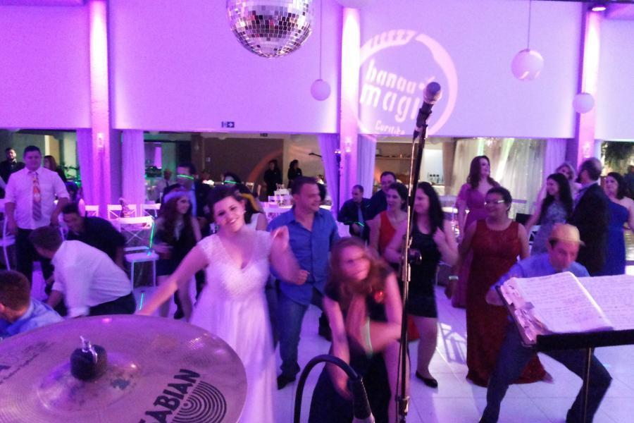 Noiva dançando ao som da Banda Magia