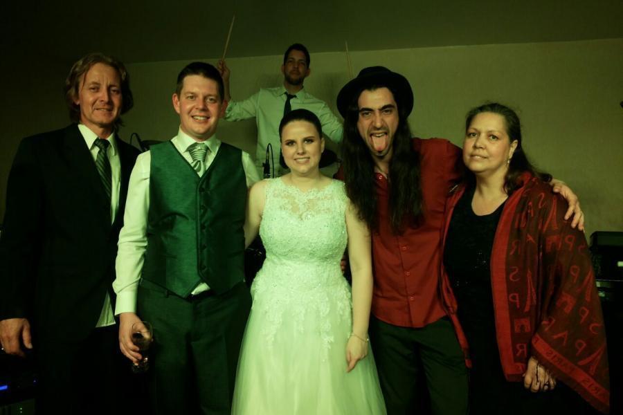 Noivos com a banda no final da festa.