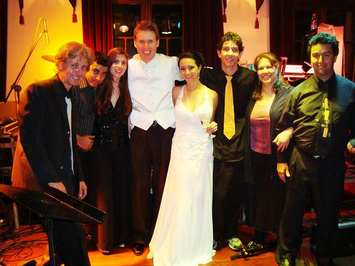 Noivos e Banda na festa de casamento