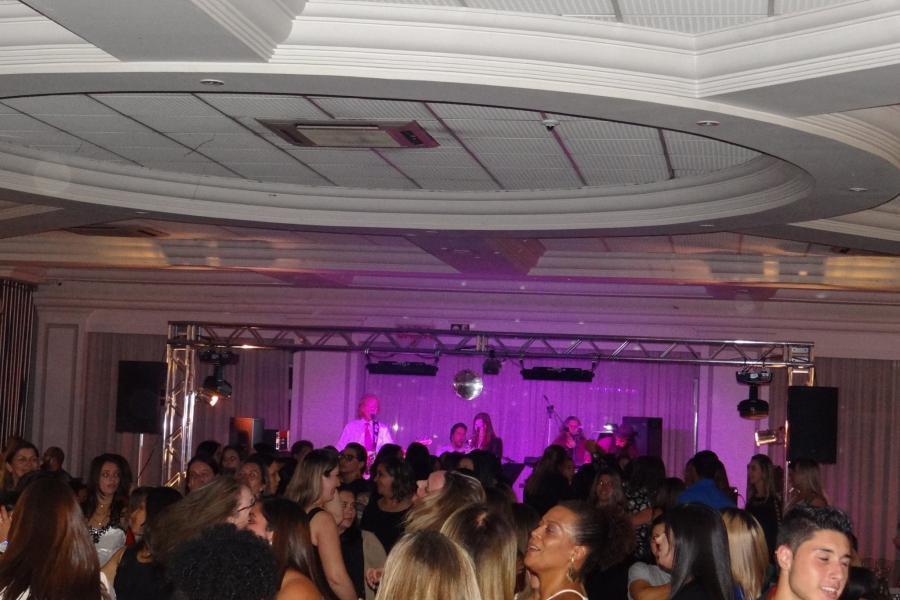 Banda Magia Curitiba com repertório variado em evento