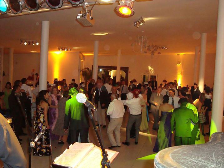 Banda animando a festa de casamento
