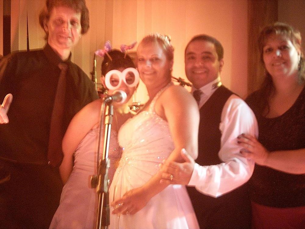 Noivos no Palco com Banda Magia em Casamento
