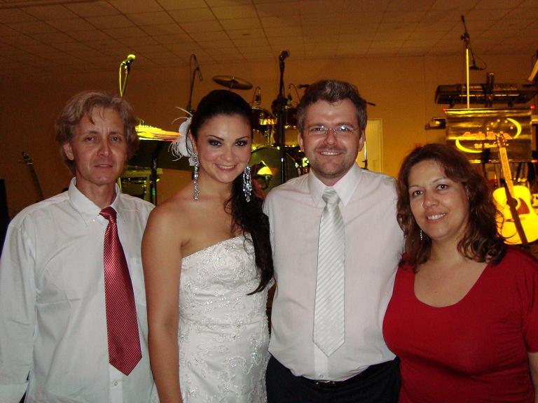 Noivos com a Banda do Casamento