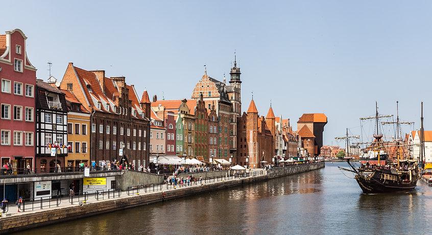 Calle_Dlugie_Pobrzeze,_Gdansk,_Polonia,_
