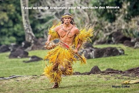 """Teuai Lenoir directeur et guide de Iaorana Tahiti Expéditions au spectacle """"Mamaia"""" sur le marae Arahurahu"""