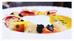 Crudo di capasanta - Caviale - Aglio nero - Petali - Curry thai