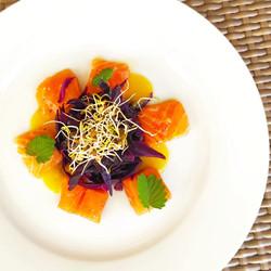 Salmone marinato - Cavolo viola - Pesca gialla - Germogli di lenticchia