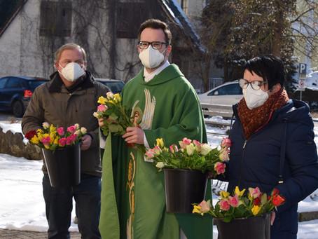 Pfarrer verteilt Rosen am Valentinstag