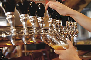 12種類の国産クラフトビールを提供するBEER PUB & CAFE AWAKE