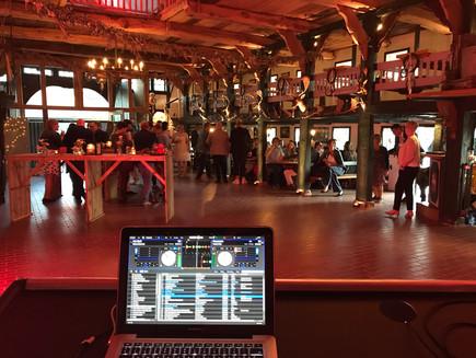 DJ Setup Deele mit Lichtinstallation