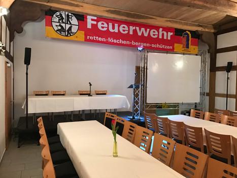 Tagungsaufbau mit Bühne + Leinwand in FD 23 Truss