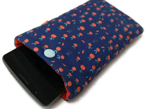 Pochette téléphone en coton créateur Madame casse bonbon, motif pommes fond bleu