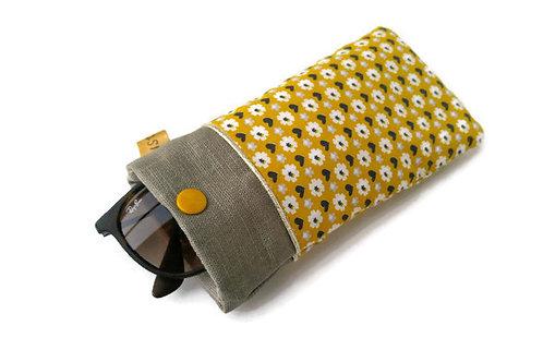 Etui à lunettes en tissu créateur rico design fond moutarde