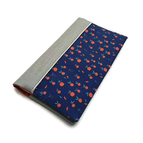Porte-chéquier tissu créateur pommes fond bleu et lin enduit