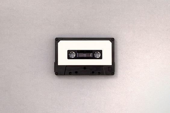 黒と白のカセットテープ