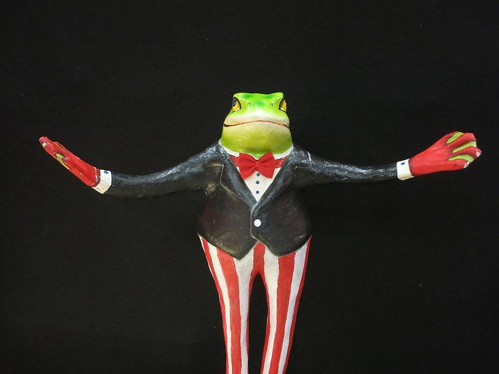 Frosch vor Theater.JPG