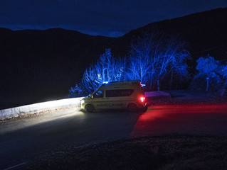 Midt på natten fraktes syke eldre hjem fra sykehusene