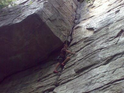 ארז מטפס על צוק 14.8.2010.jpg