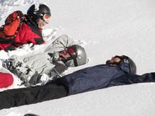 מתגלגלים מצחוק על השלג.JPG